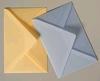 Perkament enveloppen geel en licht blauw