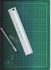 Snijmat met metalen lineaal en snijmesje
